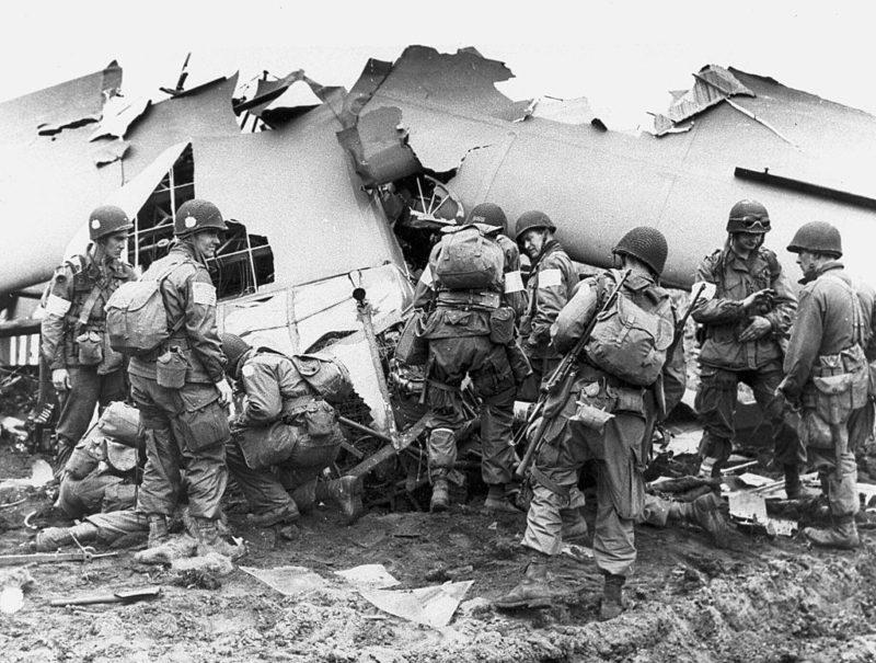 Десантники у разбитого планера. Сентябрь 1944 г.