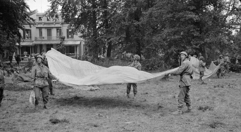 Британцы подают сигнал своим самолетам. Сентябрь 1944 г.