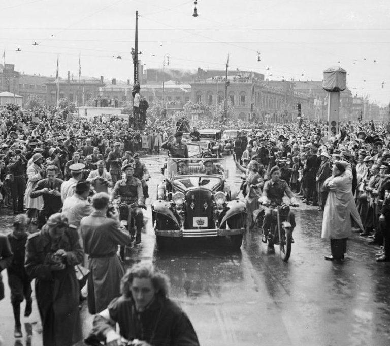 Горожане приветствуют фельдмаршала Бернарда Монтгомери в Копенгагене. Май 1945 г.