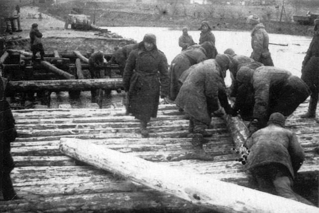 Постройка временного моста через Южный Буг. Март 1944 г.