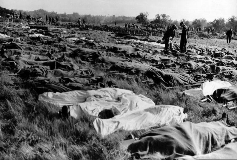 Американцы собирают убитых во время высадки десанта. 6 июня 1944 г.
