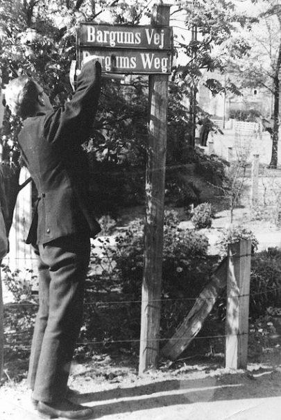 Немецкие уличные знаки убираются в Тённере. Май 1945 г.
