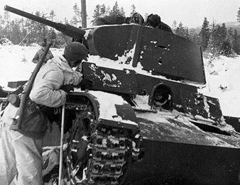 Шведские добровольцы возле уничтоженного советского танка. Январь 1940 г.