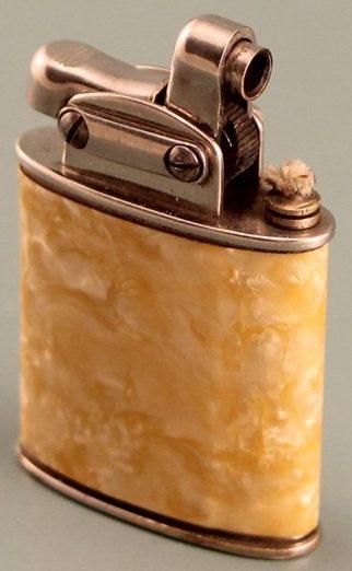 Зажигалка «Triumph» немецкой фирмы Müller & Grünstein, выпускалась с 1931 года.