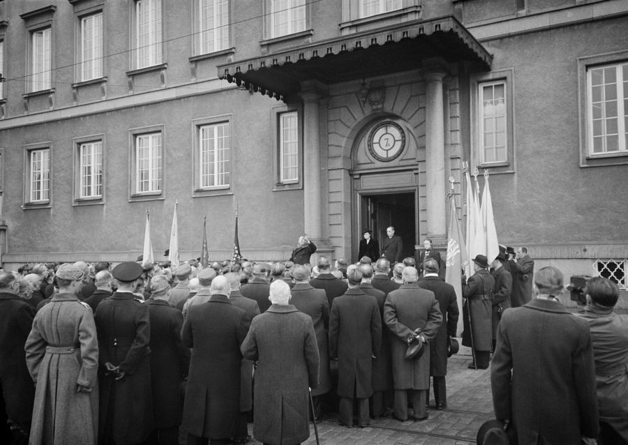 Финны у посольства Швеции в Хельсинки требуют помощи. Январь 1940 г.