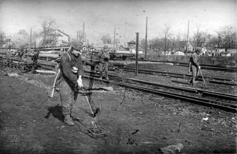 Разминирование железнодорожного полотна в Виннице. Март 1944 г.