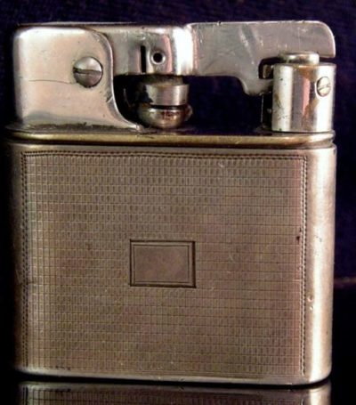 Зажигалка «Zunder» немецкой фирмы Müller & Grünstein, выпускалась с 1936 года.
