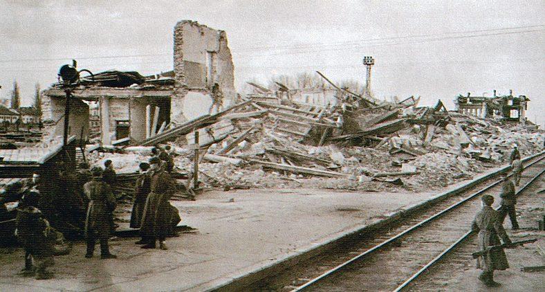 Взорванный железнодорожный вокзал. Март 1944 г.