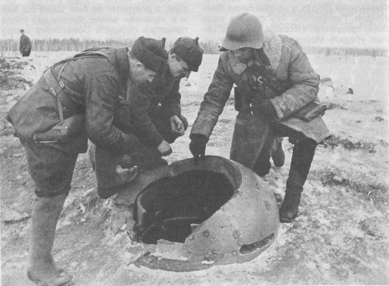 Красноармейцы осматривают бронеколпак на ДОТе Sk2 на линии Маннергейма. Январь 1940 г.