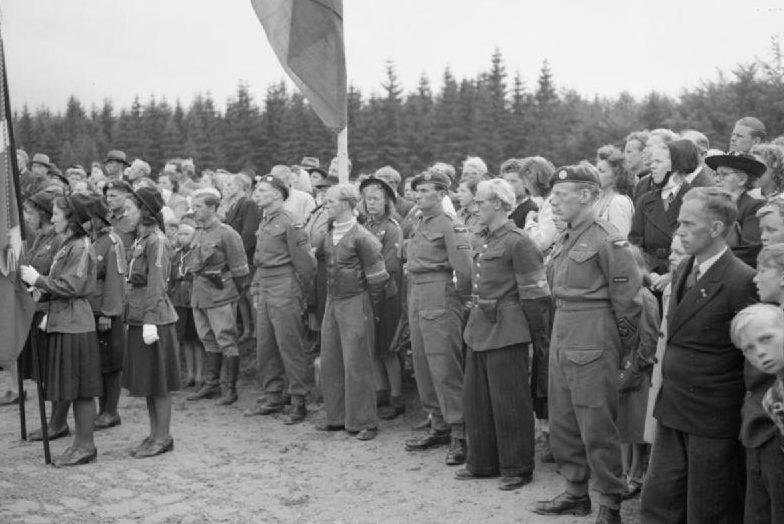Митинг на открытии памятника голландскому летчику, погибшему в годы войны. 1945 г.