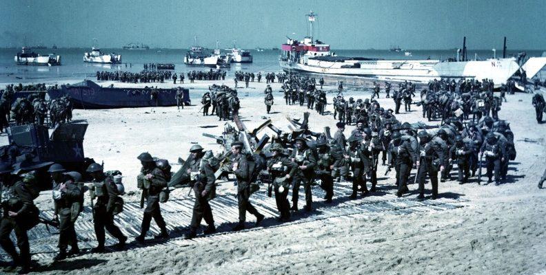 Канадские солдаты на пляже «Юнона» в Берьер-Сюр-Мер. 6 июня 1944 г.