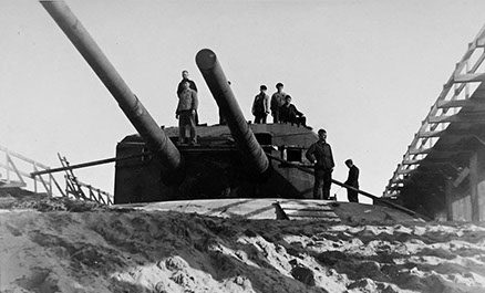 Позиция 203-мм орудия во время войны и сегодня.
