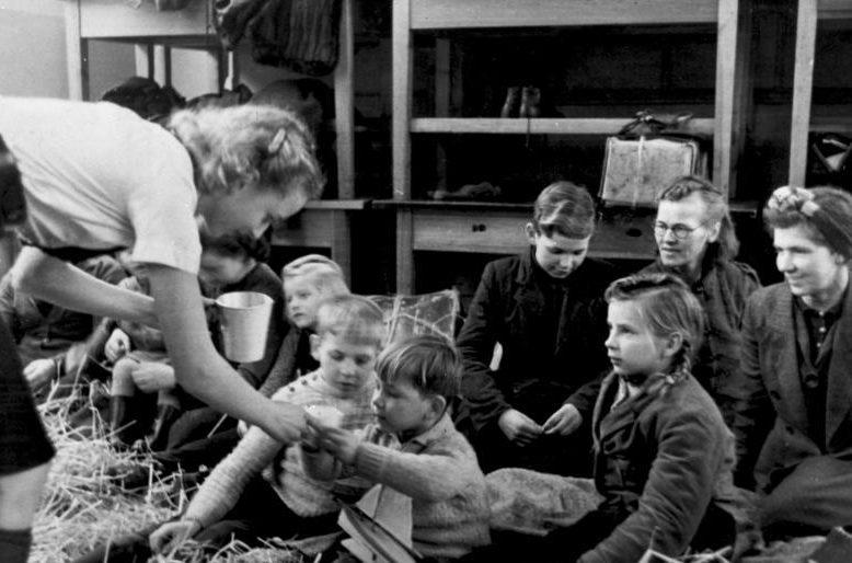 Беженцы с восточных территорий Германии во временном центре сбора в Аппенроде. Декабрь 1945 г.