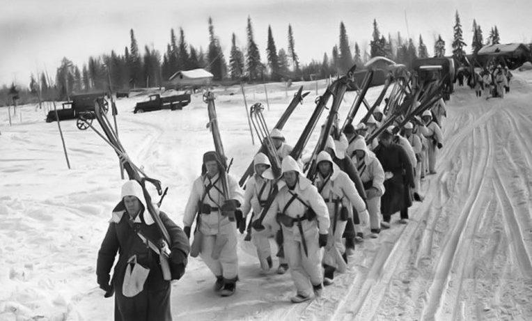 Советские бойцы-лыжники в походе. Январь 1940 г.