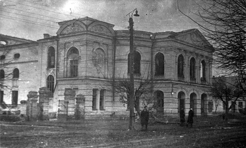 Сожжённый немцами театр при отступлении. Март 1944 г.