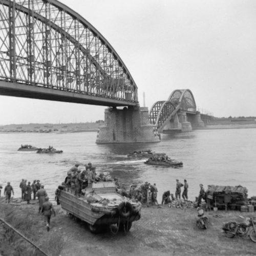 Британская армия переправляется через реку Ваал в Неймегене. Сентябрь 1944 г.