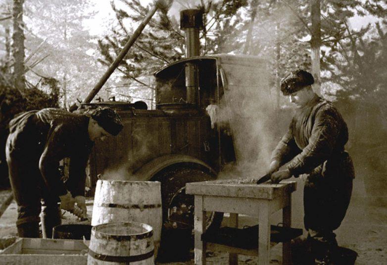 Красноармейцы готовят обед в полевых условиях при температуре 40 градусов мороза. Январь 1940 г.