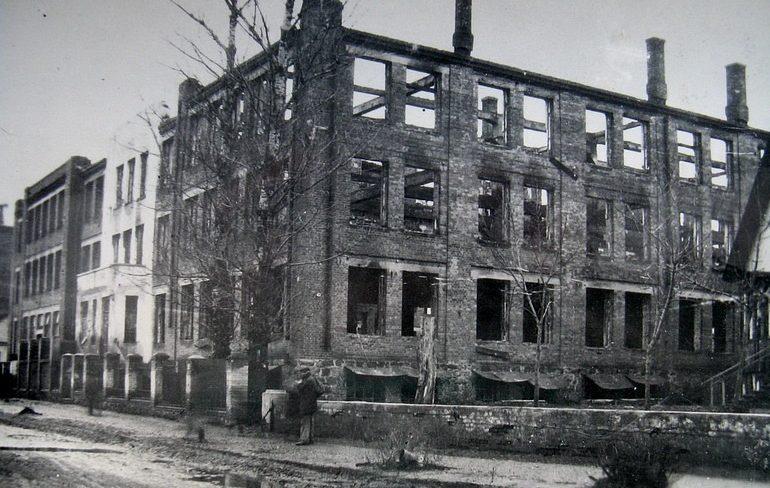 Сожженный корпус швейной фабрики им. Володарского. Март 1944 г.
