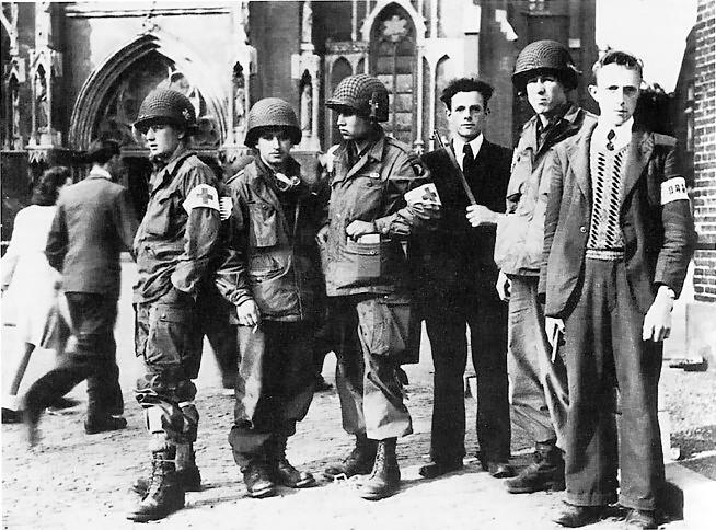 Участники голландского Сопротивления с солдатами союзников. Эйндховен. Сентябрь 1944 г.