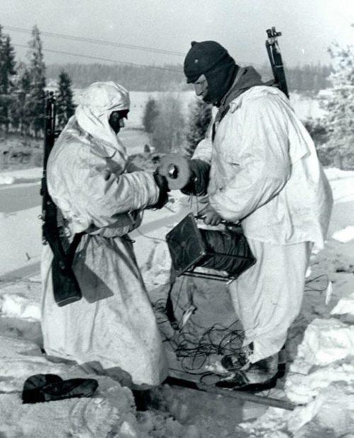 Связисты на переговорной линии фронта в районе станции Кемяря. Январь 1940 г.