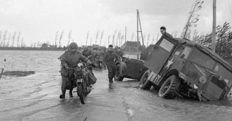 Британские войска на затопленной плотине. Ноябрь 1944 г.