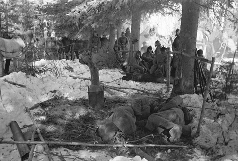 Отдых красноармейцев после боя в районе Кемяря. Январь 1940 г.