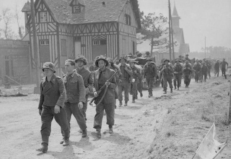 Военнопленные немцы в Ла-Брече-д'Арманвилле. 6 июня 1944 г.