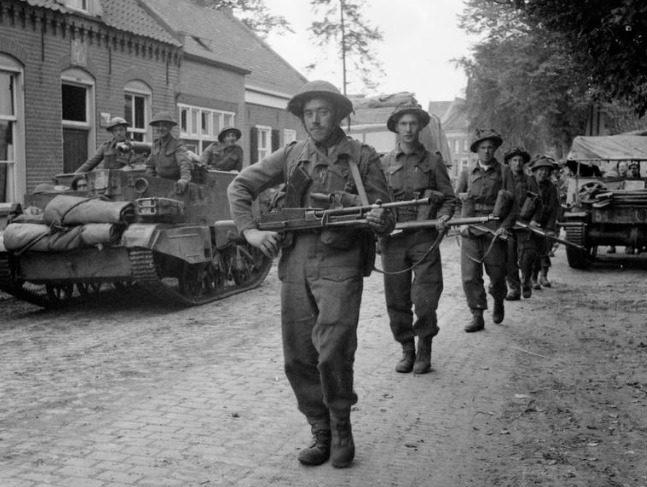 Бронетранспортеры и пехота 11-й бронетанковой дивизии на улицах г. Дюрне. Сентябрь 1944 г.