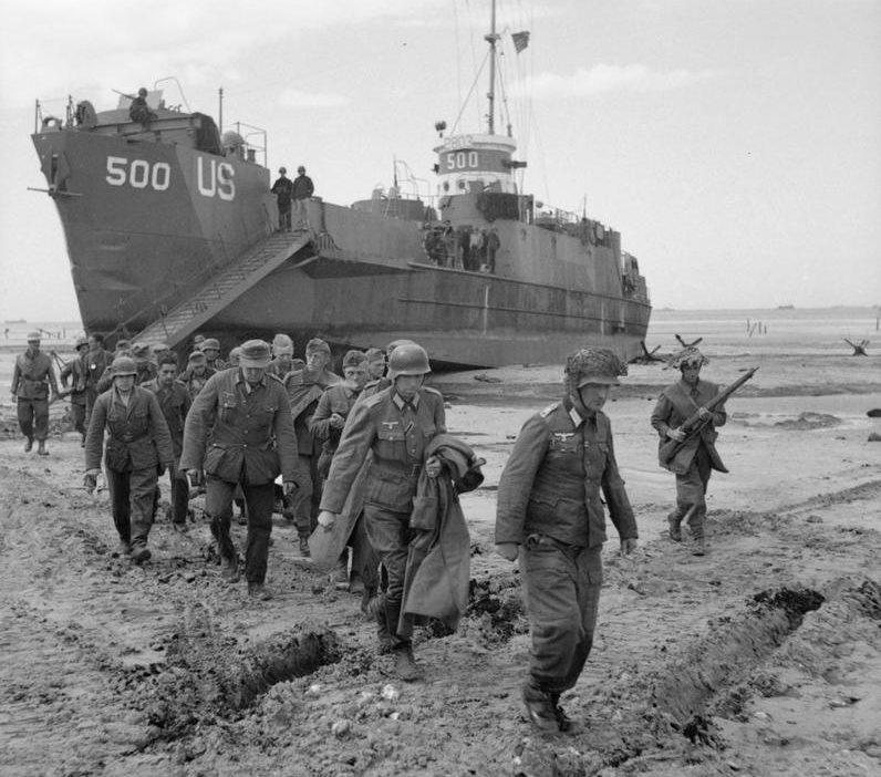 Немецкие военнопленные высаживаются с десантного корабля LCI на Золотом пляже. 6 июня 1944 г.