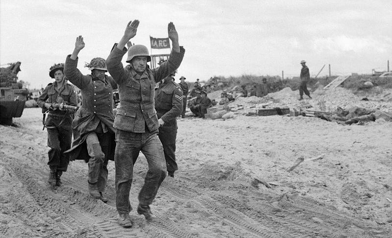 Военнопленные немцы на Золотом пляже. 6 июня 1944 г.