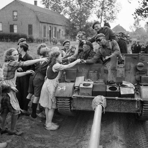 Союзники раздают шоколад голландцам. Сентябрь 1944 г.