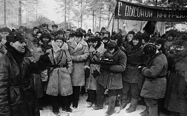 Командир 20-й тяжелой танковой бригады комбриг С. Борзилов поздравляет бойцов, награжденных орденами и медалями. Январь 1940 г.