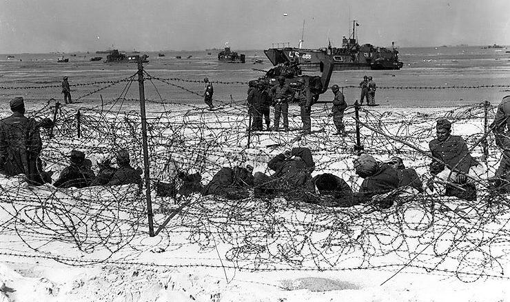 Немецкие военнопленные за колючей проволокой на Юта-бич. 6 июня 1944 г.