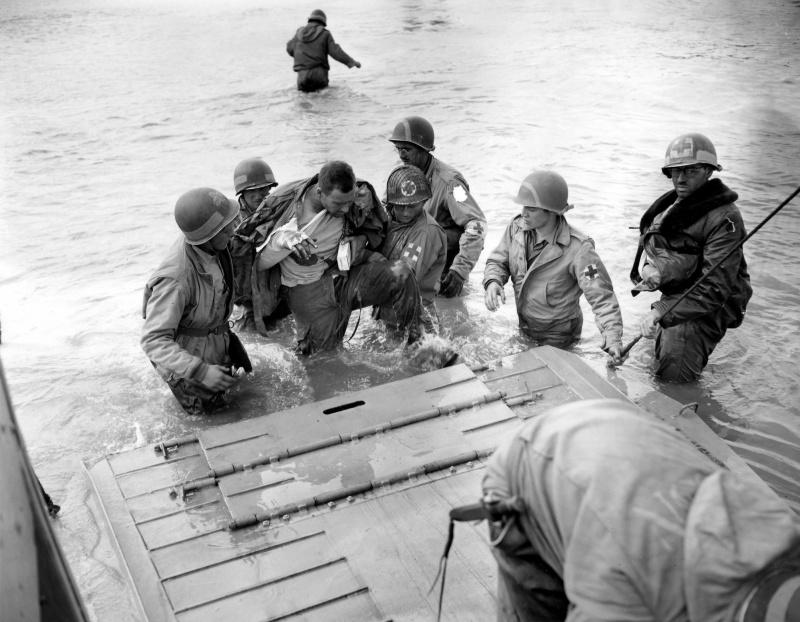 Погрузка раненных на десантный катер. 6 июня 1944 г.