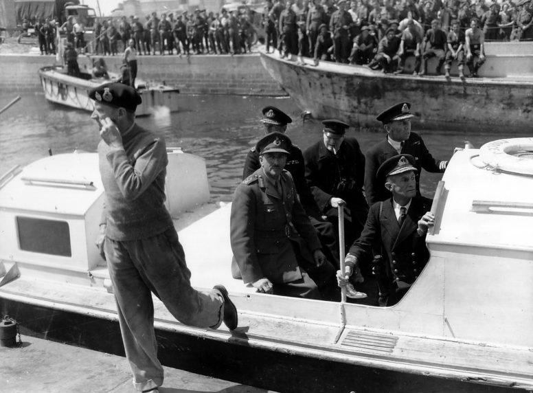 Премьер-министр Уинстон Черчиль прибыл в город Курсель-сюр-Мер. 12 июня 1944 г.