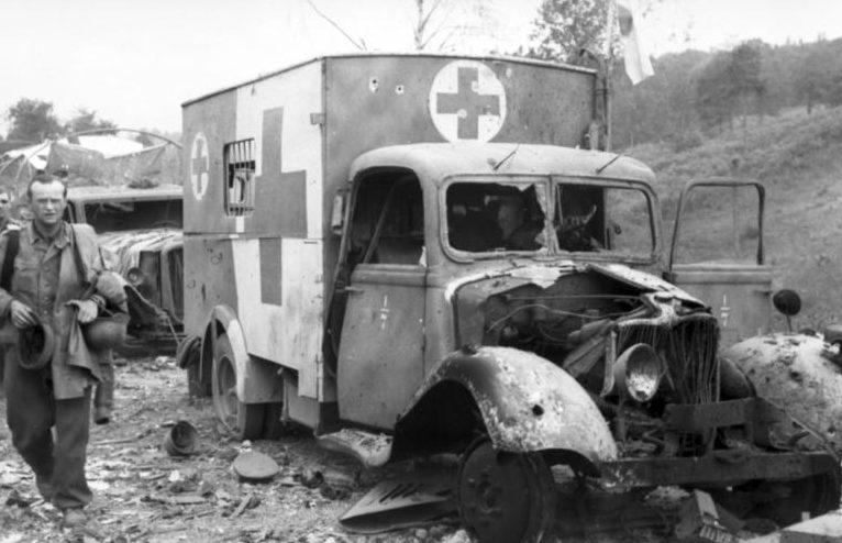 Разбитая немецкая автоколонна. Сентябрь 1944 г.