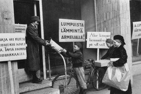 Сбор организацией «Лота Свярд» теплой одежды для солдат. Январь 1940 г.