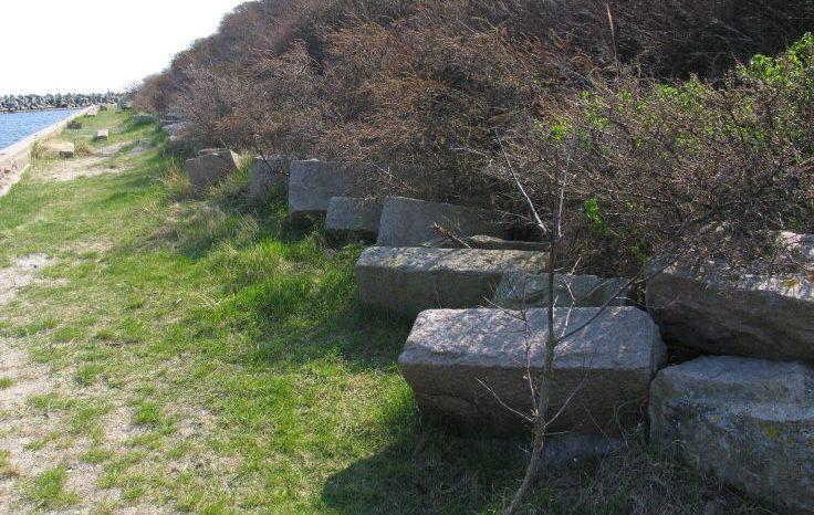 Противотанковые заграждения на побережье.