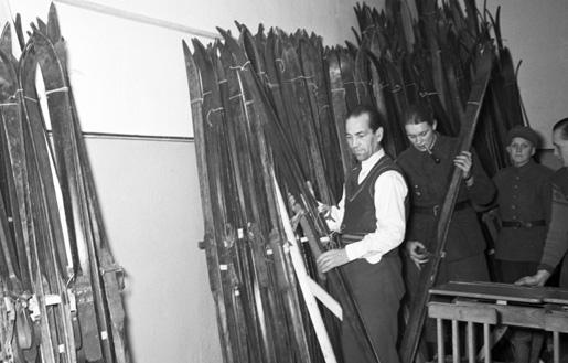 Сбор лыж у населения для армии. Январь 1940 г.