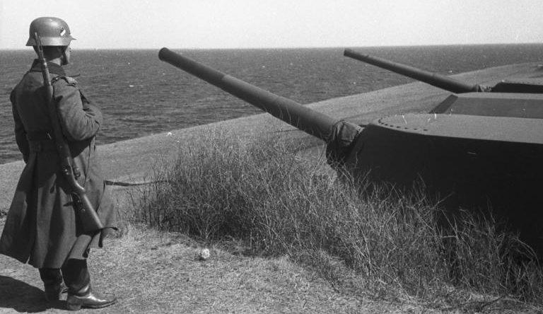 Позиции 210-мм орудий форта во время войны и сегодня.