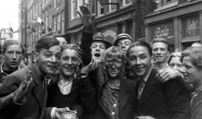 «Патриоты-голландцы» издеваются над девушками, сожительствовавшими с немцами. Май 1945 г.