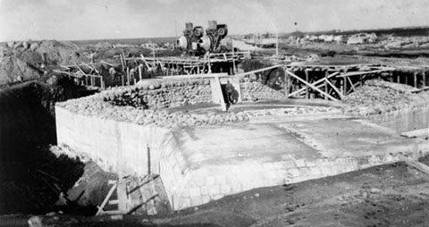 Позиция 150-мм орудия во время войны и сегодня.