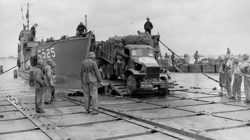 Выгрузка военной техники на плацдарме Юта-Бич. Июнь 1944 г.