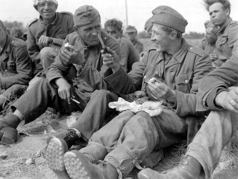 Пункт фильтрации военнопленных вермахта в зоне высадки Омаха. Июнь 1944 г.