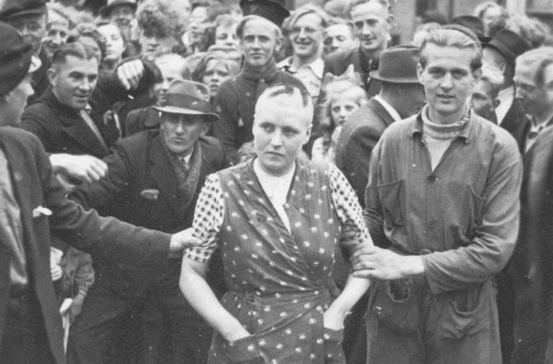 Голландские женщины, обвиненные в связях с немцами. 1945 год.