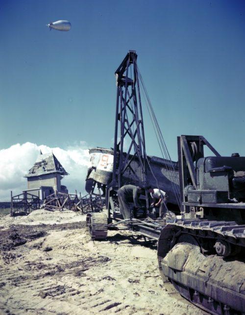 Солдаты инженерного подразделения канадской армии эвакуируют поврежденное десантное судно с пляжа «Джуно». Июнь 1944 г.