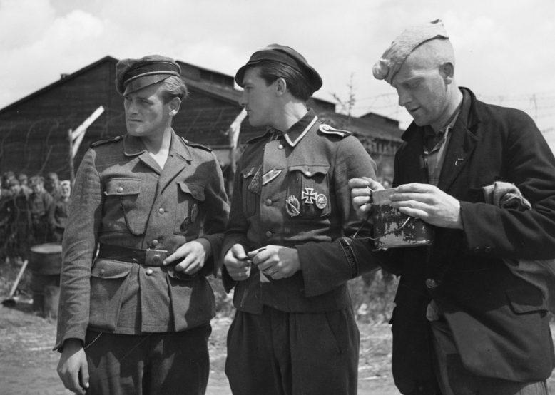 Голландские коллаборационисты в лагере военнопленных Харскамп. Июль 1945 г.