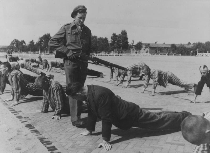 Британских охранник в лагере голландских коллаборационистов. Вюгт. Август 1945 г.