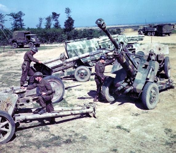 Канадцы осматривают трофеи, добытые во время высадки в Нормандии. Июнь 1944 г.