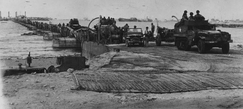 Колонна техники на плавучем мосту в гавани Мьюлбэрри порта Шербур. Июнь 1944 г.